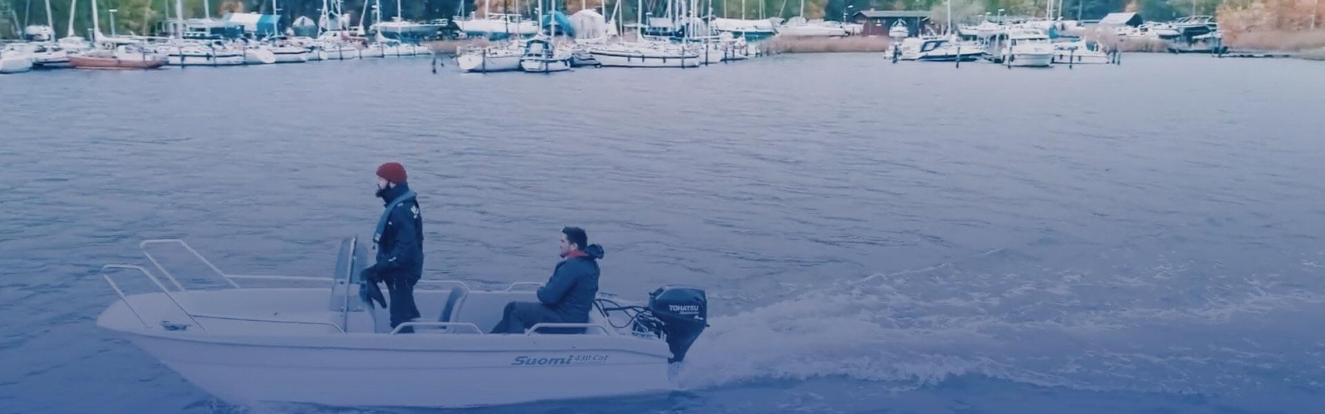 suomimoottoriveneessä kaksi miestä menossa kalaan